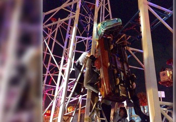 Dos de los ocupantes cayeron al suelo desde los carros del juego mecánico en Daytona Beach Boardwalk. (El Debate)