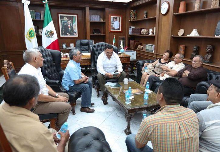 Leyendas del boxeo yucateco rememoraron sus hazañas con el gobernador Rolando Zapata. (Foto cortesía del Gobierno estatal)