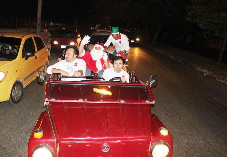 La caravana navideña encabezada por el diputado Francisco Torres Rivas. (SIPSE)
