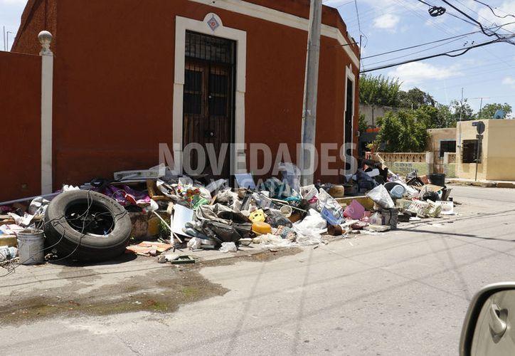 En diversos puntos de la ciudad es posible observar tiraderos de basura, a raíz de la campaña. (José Acosta/Novedades Yucatán)