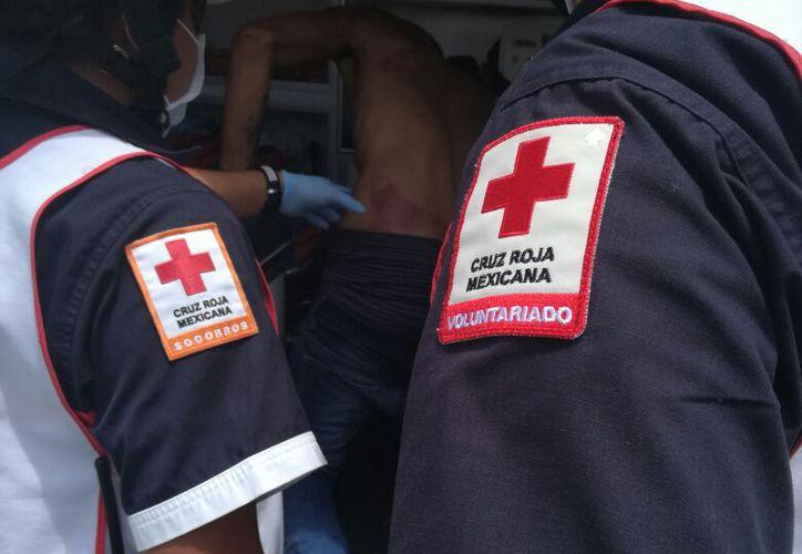 Paramédicos de la Cruz Roja de inmediato lo trasladaron al Hospital General, pues el muchacho se encontraba muy herido. (Foto: Redacción/SIPSE).