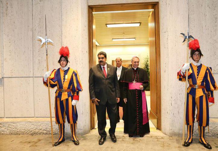 El presidente de Venezuela, Nicolás Maduro, es recibido por el presbíterio italiano Guido Marini, maestro de la Oficina de las Celebraciones Litúrgicas del Sumo Pontífice, el lunes 24 de octubre de 2016, en El Vaticano. (EFE)