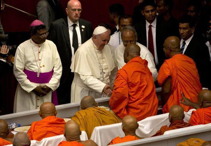 El Papa Francisco recibe el saludo de monjes budistas en Colombo, Sri Lanka, este martes 13 de enero de 2015. (Foto AP)