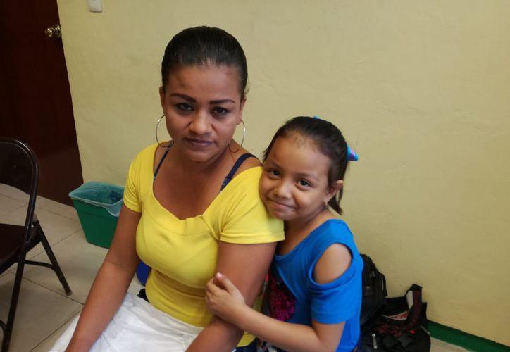 América, de seis años de edad, necesita ser operada la próxima semana; para eso su mamá realiza una colecta, en Chetumal. (Daniel Tejada/SIPSE)