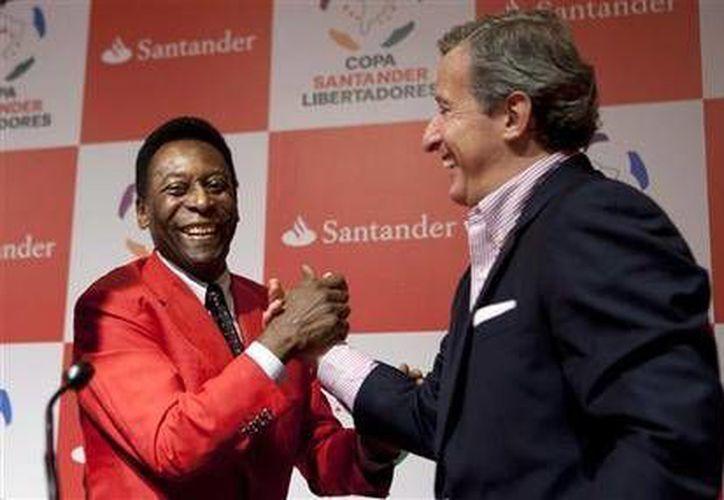 El presidente del Peñarol, Juan Pedro Damiani (derecha) quien es miembro de la comisión de ética de la FIFA, está siendo investigado tras revelaciones de #PanamaPapers. (AP)
