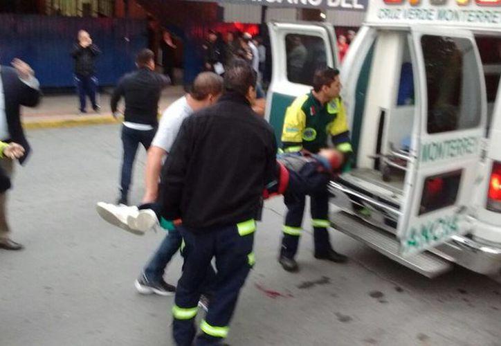 Imagen del momento en que uno de los estudiantes herido es ingresado a una ambulancia para su traslado al hospital. (twitter.com/marychuyglez)