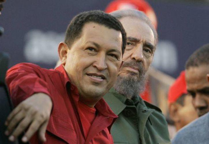 Hugo Chávez junto al expresidente de Cuba, Fidel Castro, en Córdoba, Argentina. (Agencias)