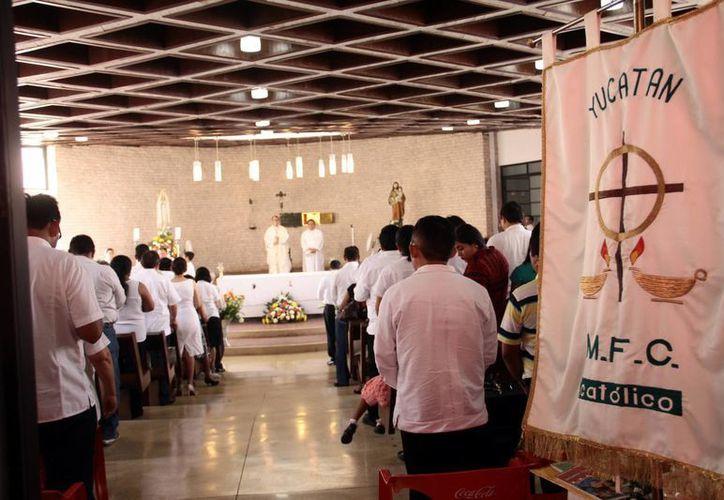 Mons. Gustavo Rodríguez Vega presidió la misa por el aniversario del Movimiento Familiar Cristiano. (Milenio Novedades)