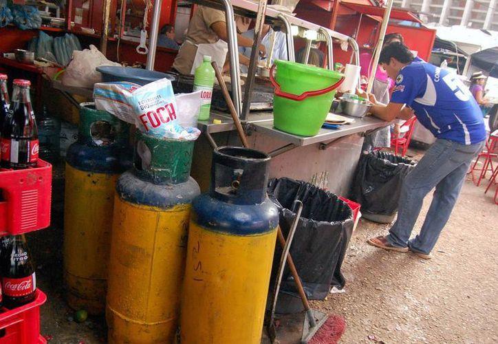 Algunos puestos tienen hasta tres tanques de gas LP. (SIPSE)
