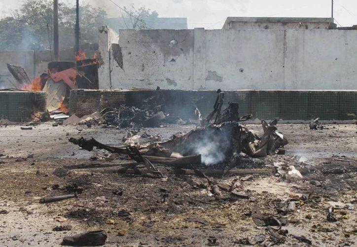 Restos de un vehículo destrozado hoy en el doble atentado de Somalia, en su capital Mogadiscio.  (EFE)