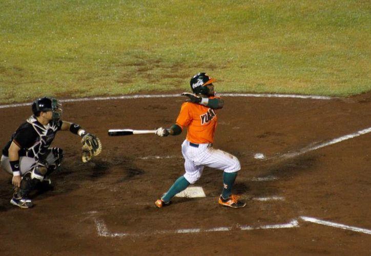 El bateo oportuno de las fieras se hizo presente para superar 3 a 2 a Tamaulipas en el tercero de la serie. En la foto; Corey Wimberly conecta un batazo durante el encuentro. (César González)