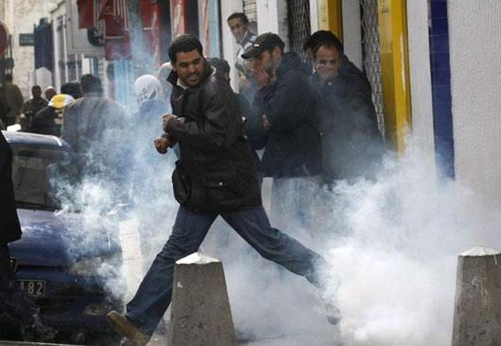 La policía enfrentó a los protestantes con gases lacrimógenos y balas de goma.  (Agencias)
