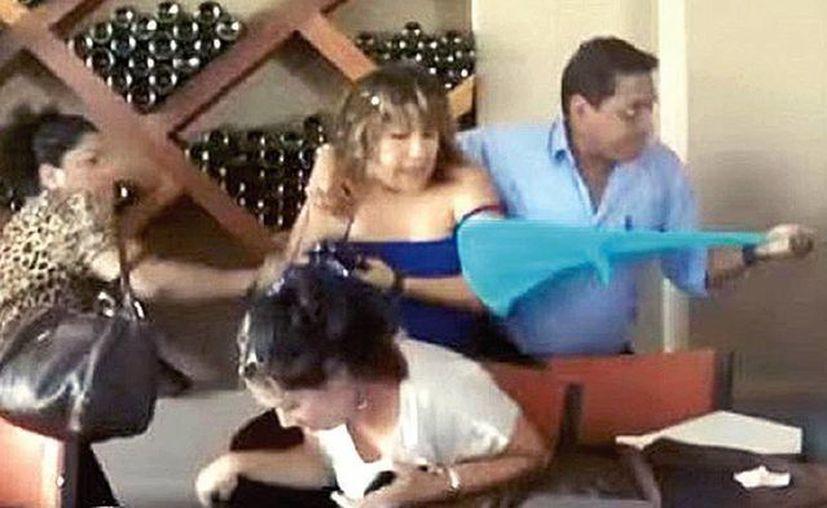 Lorena Nava Cervantes fue atacada a huevazos y desnudada por un grupo de mujeres cuando se encontraba en un restaurante de Juchitán, Oaxaca. (Captura de video de YouTube/La Extra Noticias)