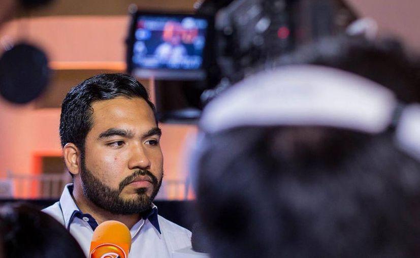 Foto, tomada de Facebook, en la que puede verse a Alan Pérez Briceño durante una entrevista, tras su toma de protesta como dirigente de la NFU. Sus compañeros le retiraron el apoyo.