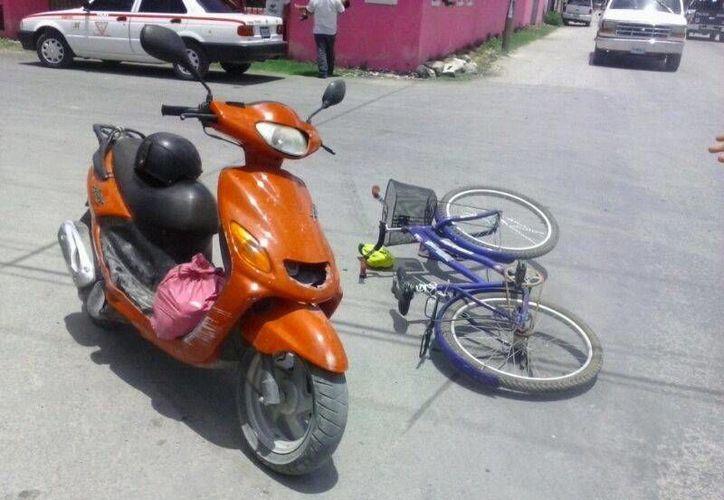 Las mujeres que iban a bordo de la bicicleta, chocaron con la motocicleta marca Axis. (Rossy López/SIPSE)