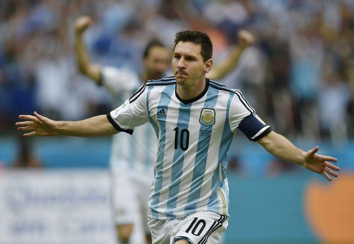 Lionel Messi es la principal estrella del balompie mundial contemplado para jugar la Copa América 2016. Sin embargo, su participación en el inicio del torneo aún está en duda por un golpe sufrido este fin de semana. (AP)