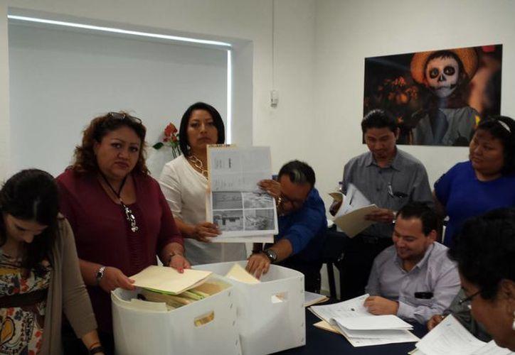 Integrantes del Comité de Participación Ciudadana para las obras del Fondo de Infraestructura Social Municipal revisan la documentación las obras que en breve se ejecutarán en Mérida. (SIPSE)