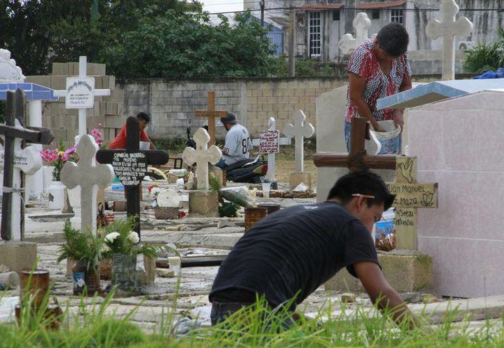 A partir del lunes y hasta el 2 de noviembre, las tumbas de sus familiares estarán cubiertas de flores y más arreglos.  (Tomás Alvárez/SIPSE)
