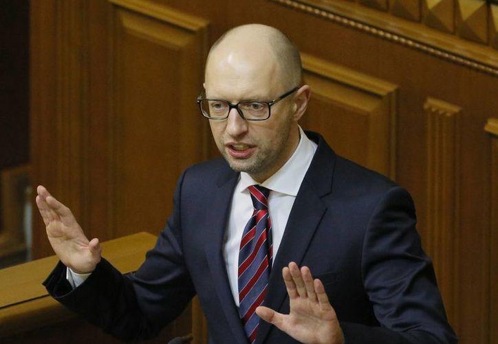 El primer ministro de Ucrania, Arseniy Yatsenyuk, aseguró que su renuncia es para dar paso a la formación de un nuevo gobierno y poner fin a una crisis política interminable. (Foto AP / Sergei Chuzavkov, archivo)