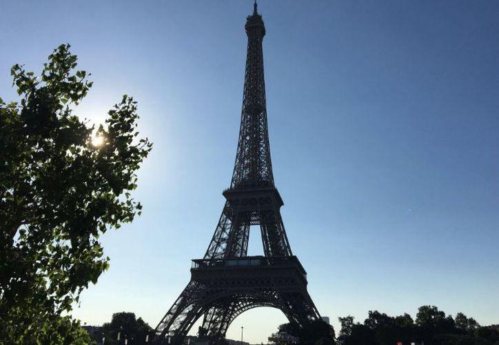 En este periodo del año París está en temporada alta turística y la Torre Eiffel recibe un promedio de 25 mil visitantes diarios. (Twitter)