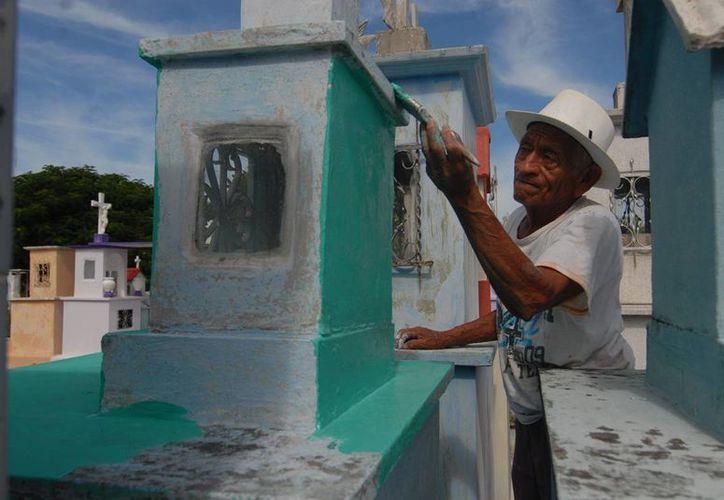 Don Filiberto Balam asegura que en un lustro de trabajar en el cementerio, nunca ha tenido alguna experiencia paranormal. (Fotos: Cuauhtémoc Moreno/SIPSE)