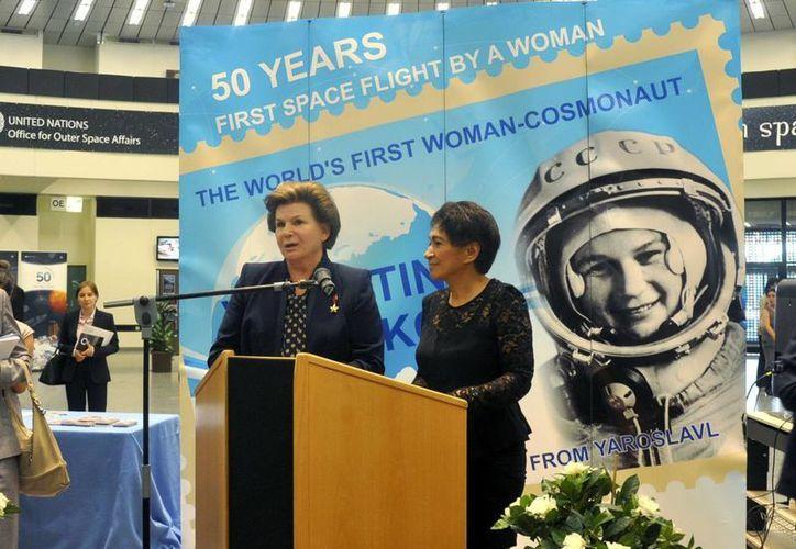 Valentina Tereshkova (i), la primera mujer que viajó al espacio, junto a la directora de la Oficina para Asuntos del Espacio Exterior de la ONU, Mazlam Othman. (EFE)