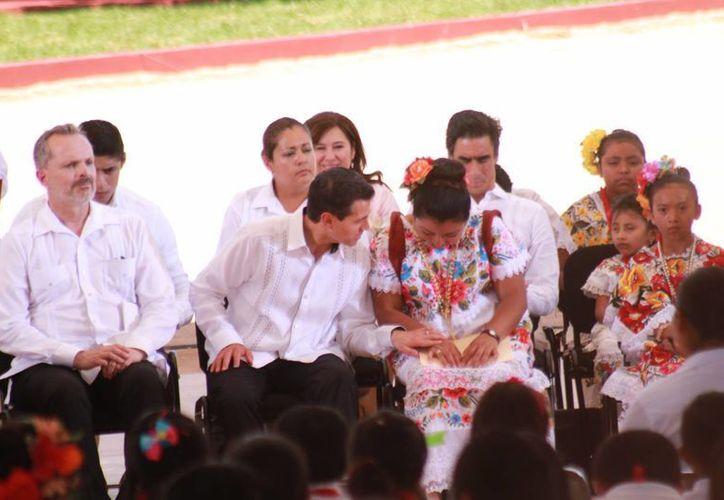 Fátima Chai intercambia impresiones con el presidente Enrique Peña. (Jorge Acosta/Milenio Novedades)