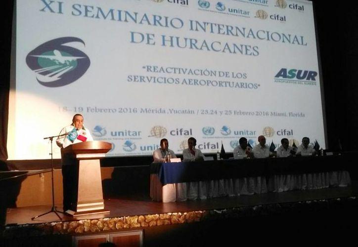 Imagen de la participación de el director de Grupo Aeroportuario del Sureste (Asur), Héctor Navarrete Muñoz, durante la inauguración del Seminario internacional de huracanes en el Siglo XXI. (Ana Hernández/SIPSE)