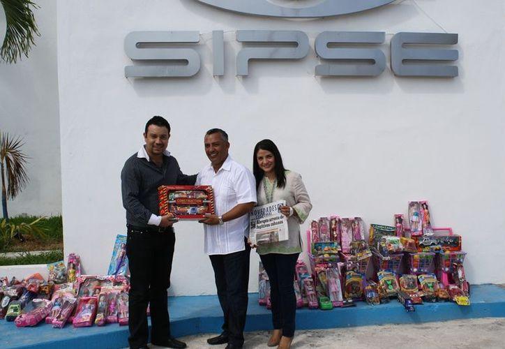 El alcalde en la entrega de juguetes a ejecutivos de Grupo SIPSE. (Francisco Sansores/SIPSE)