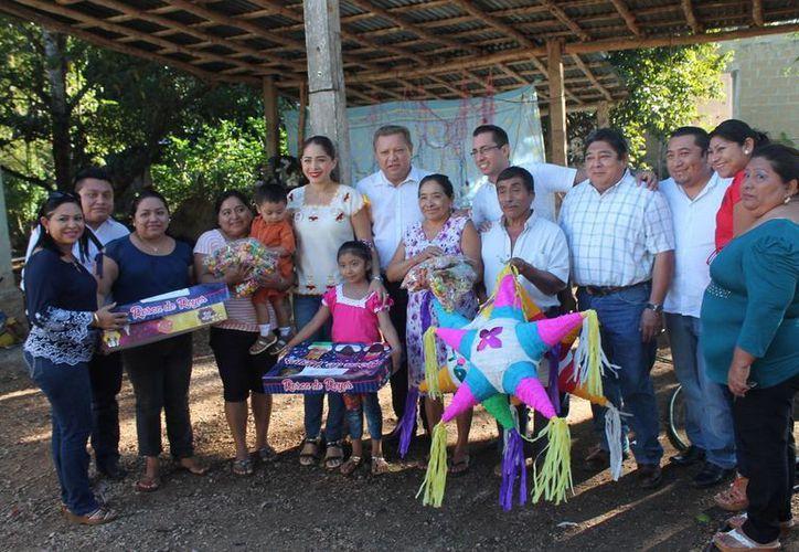 El presidente municipal entregó piñatas y roscas de reyes. (Raúl Balam/SIPSE)