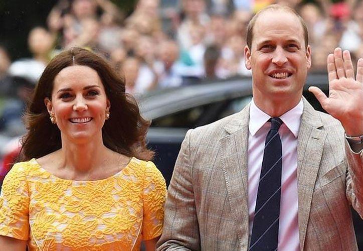 La duquesa vestía solamente la parte inferior de un bikini, en las fotografías que publicó 'Closer'. (Foto: Contexto/Internet)