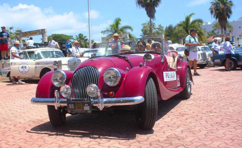 Los 108 vehículos participantes en el Rally Maya llegaron a Playa del Carmen. (Daniel Pacheco/SIPSE)