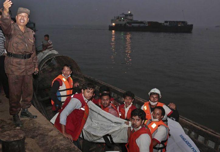 Las autoridades de Bangladesh desconocen cuántas personas permanecen desaparecidas, ya que los ferrys de traslado por lo general no llevan un registro de pasajeros. (AP)
