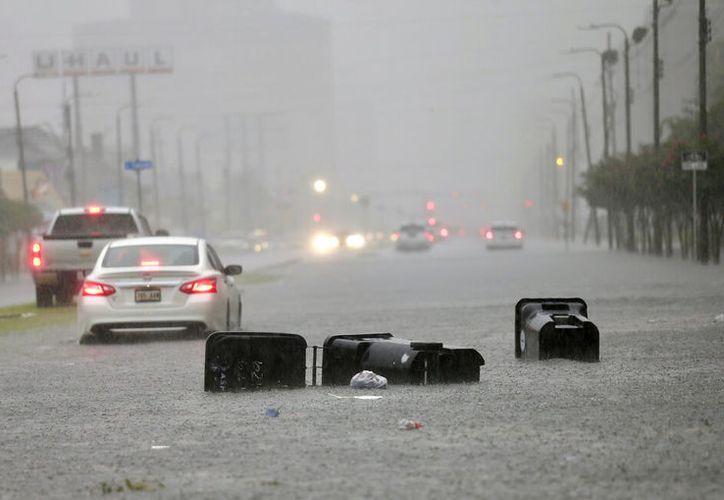 De acuerdo a las autoridades locales, el nivel del agua podría sobrepasar los diques. (David Grunfeld/ AP)