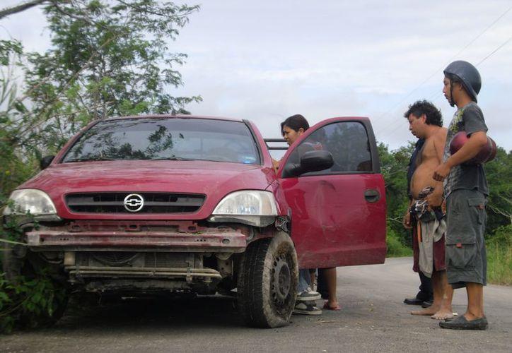 La unidad fue llevada al corralón, mientras que el conductor trasladado al Hospital General. (Redacción/SIPSE)