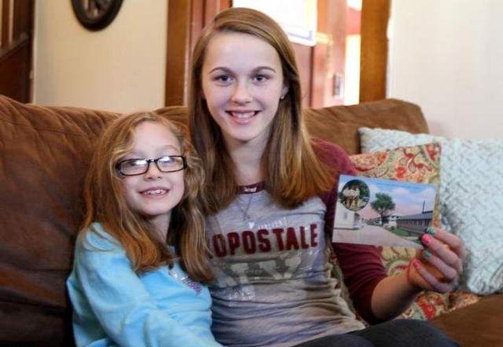 Las hermanas Madie y Hannah Podgorny recibieron la postal de las hermanas Leisenring. (pressconnects.com)