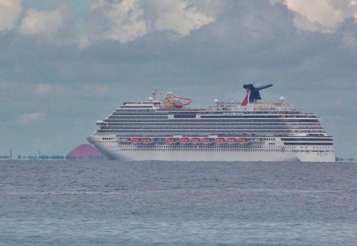 El barco se encuentra a dos kilómetros y medio de la costa poniente de Cozumel. (Gustavo Villegas/SIPSE)