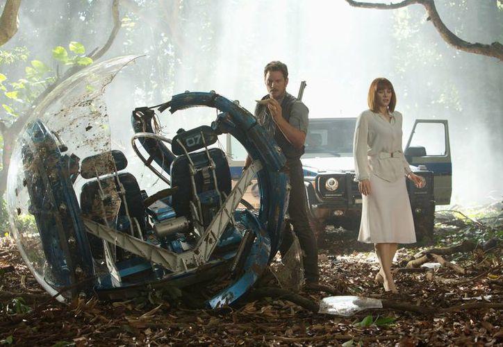Fotografía difundida por los estudios Universal Pictures de los actores Chris Pratt (izquierda) y Bryce Dallas Howard en una escena del filme 'Jurassic World'. (Chuck Zlotnick/Universal Pictures vía AP)