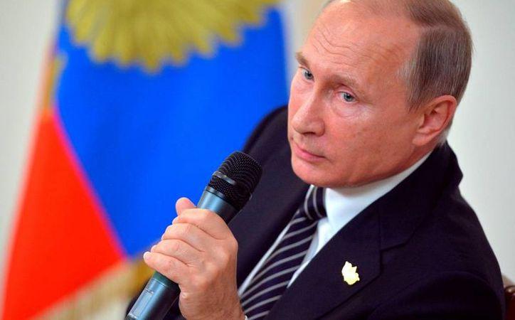Vladimir Putin asegura que EU gasta millones de dólares en intentar obtener información privilegiada de sus potenciales enemigos. (AP/Alexei Druzhinin)