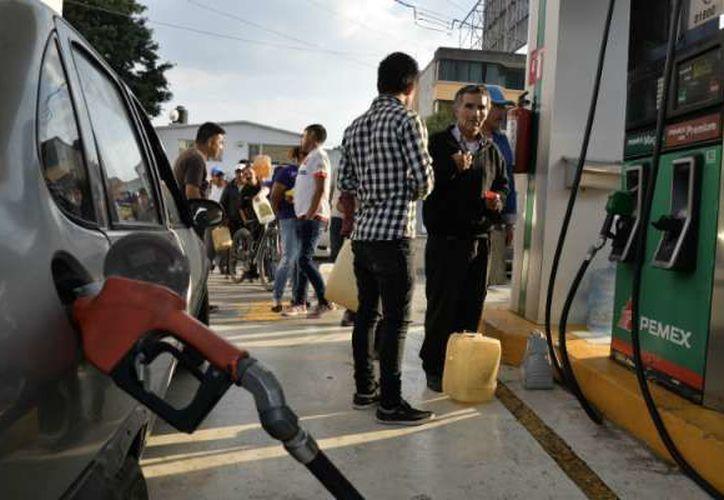 La Profeco ha autorizado la venta racionada de gasolina en algunos establecimientos. (Cuartoscuro)