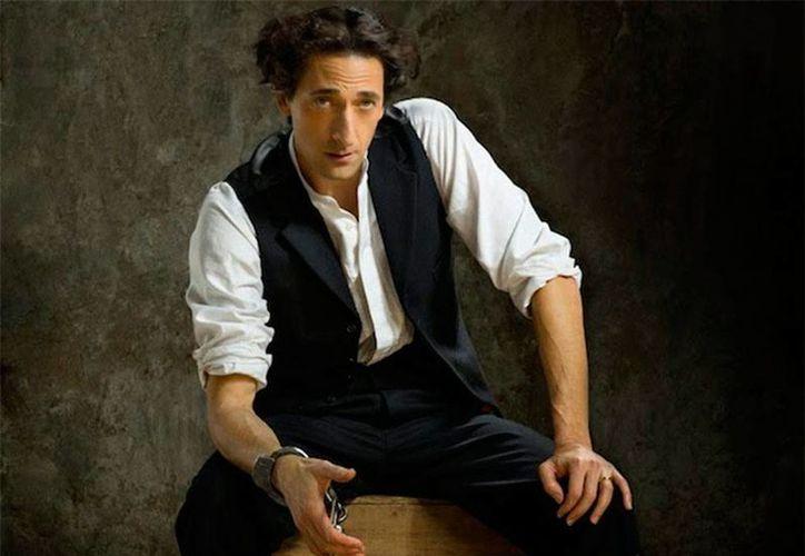 Adrien Brody debutó en la televisión en 1988 en la serie Annie McGuire; hoy, 26 años después, vuelve a la pantalla chica en el papel del escapista más famoso de la historia: Harry Houdini. (excelsior.com.mx)