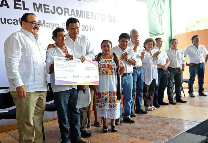 El gobernador, Rolando Zapata Bello, entregó ayer apoyos para mejorar viviendas. (Cortesía)