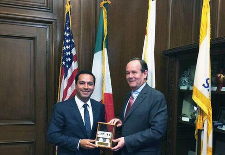 El alcalde de Mérida, Mauricio Vila Dosal, con Mark Chandler, Director de la Oficina de Comercio Internacional de San Francisco. (Foto cortesía)