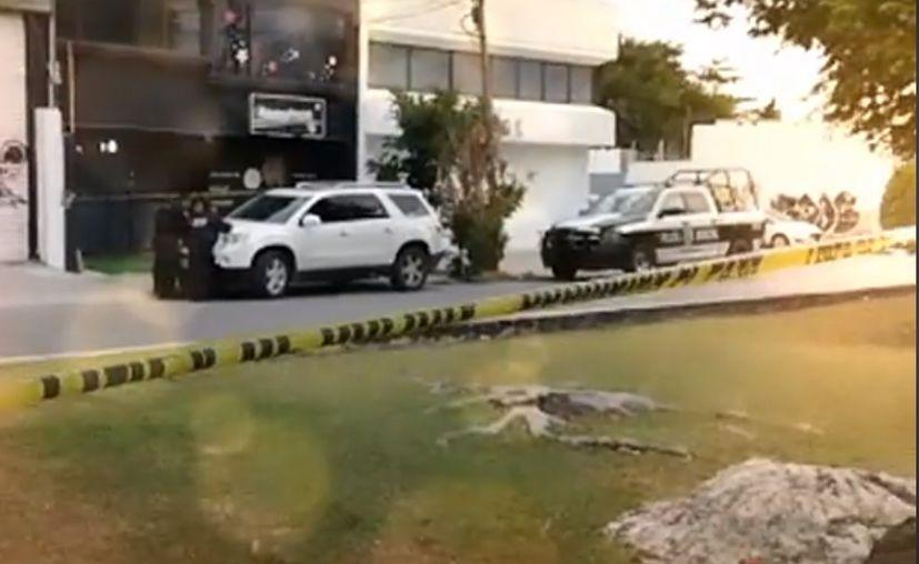 Policías arribaron a un establecimiento de la Supermanzana 62 para atender el reporte de la mujer baleada. (Foto: Redacción)