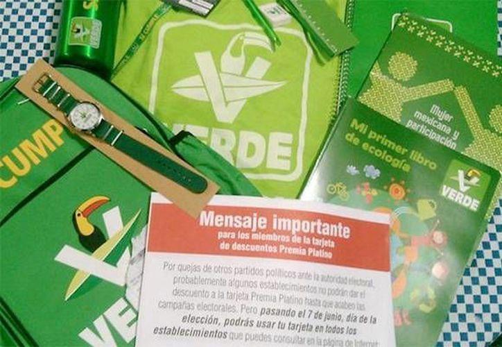 El paquete escolar distribuido por el Partido Verde Ecologista de México consistía en una mochila, regla, lápiz, borrador, cuadernos, termo, playera y libros. (www.zocalo.com.mx)