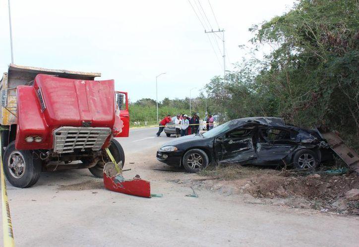 Debido a que se estrelló contra un camión de volteo que se le atravesó falleció una maestra de kinder en la carretera a Texan Cámara-San José Tzal. (Aldo Pallota/Milenio Novedades)