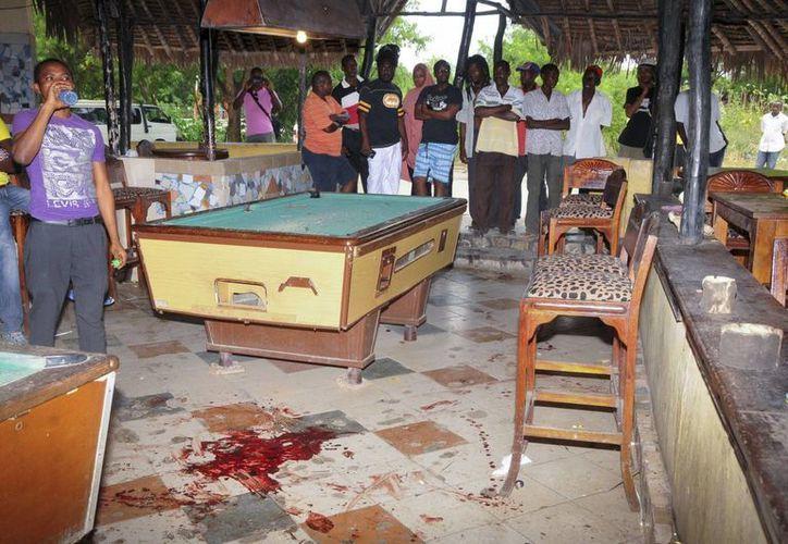 Manchas de sangre en el suelo tras un atentado con granada en un negocio en Kwale, Kenia. (EFE)