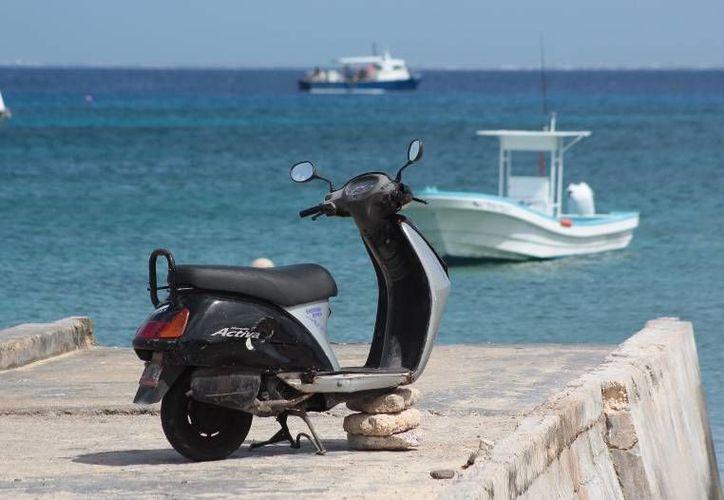 A esta motocicleta le fue robada la llanta delantera, a plena luz del día y en la colonia Centro de la Isla de las Golondrinas. (Irving Canul/SIPSE)