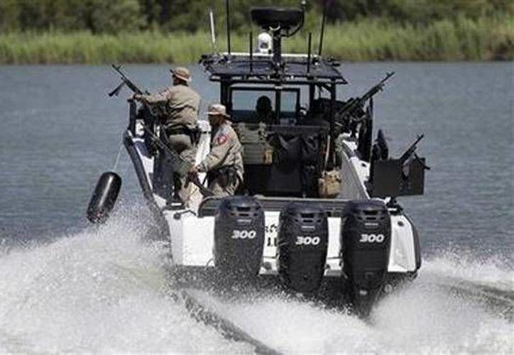 Elementos del Departamento de Seguridad de Texas patrullan el Río Bravo que separa México de Estados Unidos. (Agencias)
