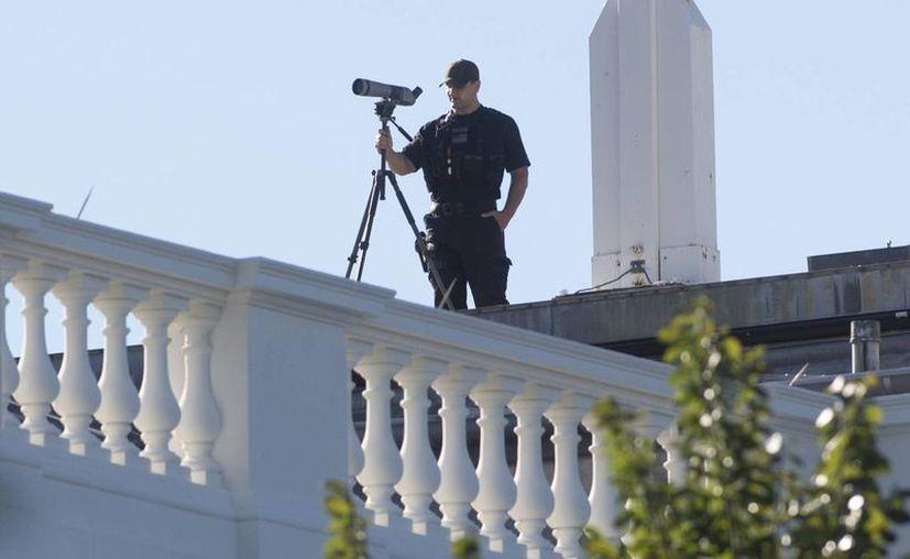 Un agente del Servicio Secreto vigila desde un área de la Casa Blanca. (EFE)